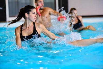 Кому обратить внимание на фитнес в бассейне?